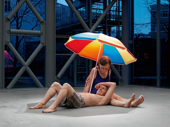 couple-under-an-umbrella.jpg@www.hauserwirth.com