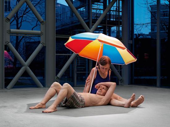 couple-under-an-umbrella.jpg@www.hauserwirth.com